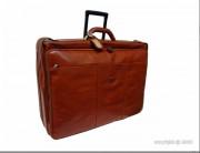 Valise porte-habit en cuir avec trolley - Dimension (L x l) : 62 x 44 cm - Housse munie de deux cintres - 2 poches zippées