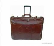 Valise porte-habit en cuir coloris fauve - Dimension (L x l) : 62 x 44 cm - Housse munie de deux cintres - 2 poches zippées