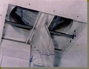 Vidange sacs à vanne guillotine fermée - Vanne guillotine en position fermée - manchette de vidage pincée