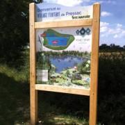 Vitrine affichage bois avec bandeau et poteaux carrés - Dimensions :750 x 1160 mm  - PVC blanc 10 mm - A sceller