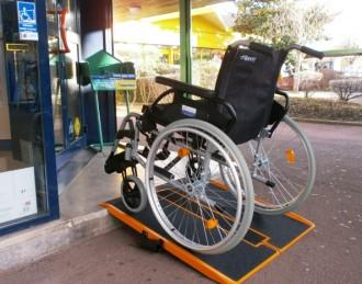 Rampe handicapé pliable charge 300 Kg - Devis sur Techni-Contact.com - 1