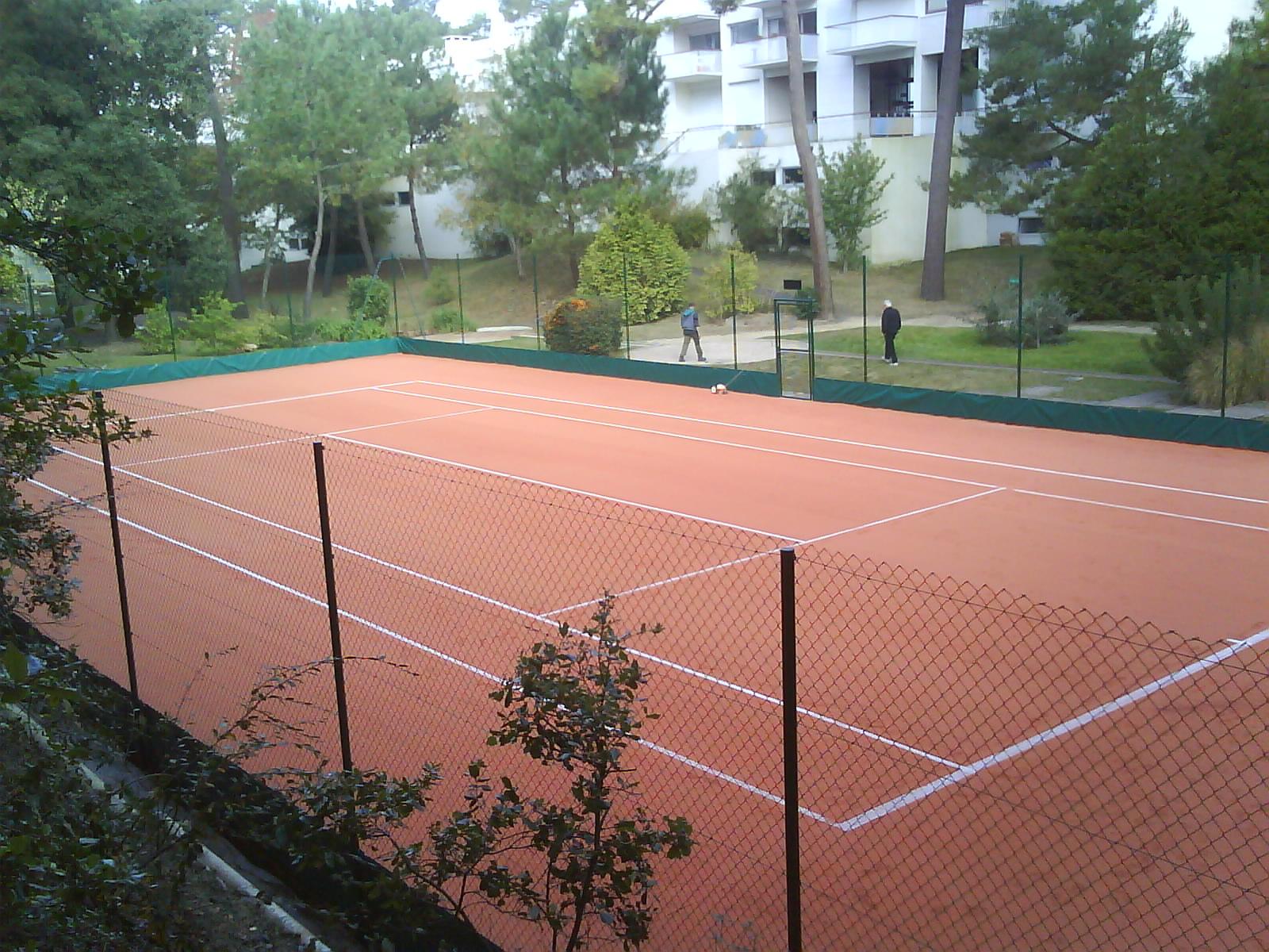 Gazon synthétique en terre battue - Rénovation terrain de tennis ...