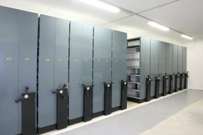 Les rayonnages mobiles s'adaptent facilement,comme les rayonnages fixes, à la configuration de la salle d'archives